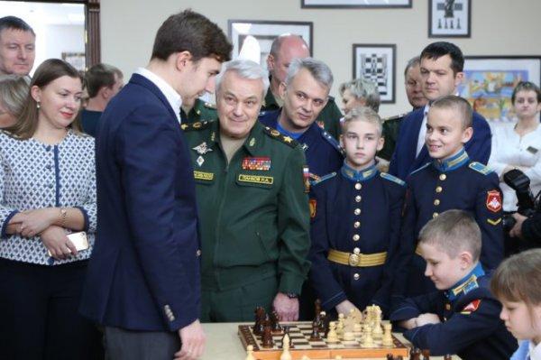 Сергей Карякин сыграл в Оренбурге в шахматы с местными кадетами