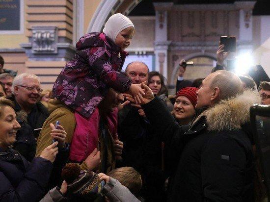 Путин отодвинул охранника, чтобы поздороваться с девочкой