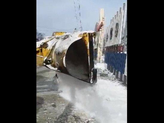 Рабочих Южно-Сахалинска заставили маскировать грязный снег чистым