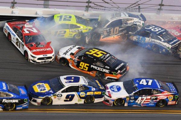 Более 20 машин устроили грандиозную аварию на гонке в США