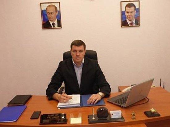 """Саратовский чиновник объяснил фото с табличкой """"Денег нет"""""""