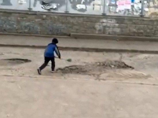 Омские власти поблагодарили мальчика за ремонт дорог детской лопаткой