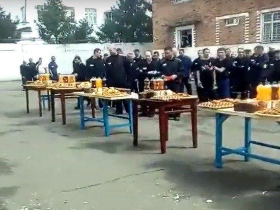 Заключенные в Орловской области устроили пир за столами на плацу