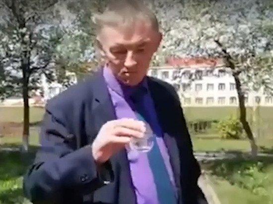 Российский чиновник выпил воду с червями, чтобы успокоить граждан