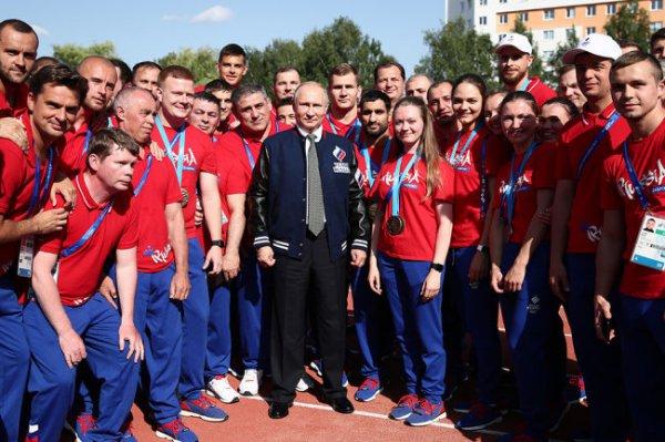Путин получил куртку в подарок от спортсменок