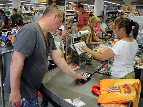 В кассах магазинов разрешат снимать с карты наличные