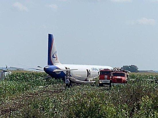 Первые пассажиры севшего в поле А321 улетели в Симферополь