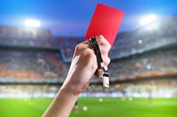 Футбольный матч обернулся восемью удалениями после драки