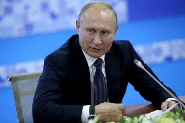 Путину подарили боксерскую перчатку с бриллиантами