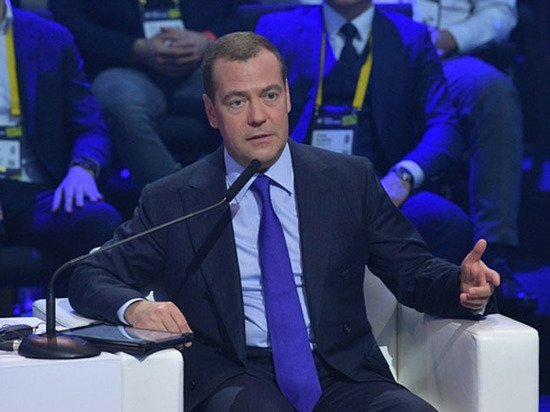 """Медведев призвал готовиться к """"серьёзной переквалификации людей"""""""