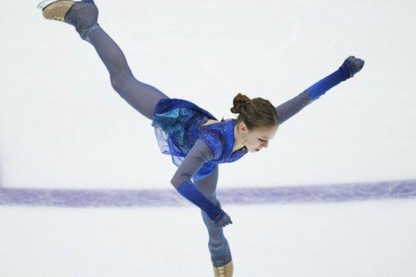 Трусова дважды упала, но обыграла Медведеву на Гран-при в Москве