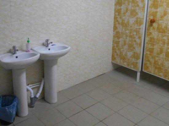 Чиновники из орловской глубинки торжественно открыли в школе «теплый туалет»