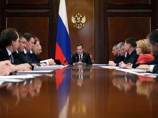 Медведев одобрил идею снизить порог беспошлинного ввоза до 20 евро