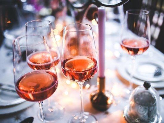 Эксперт объяснил массовое увлечение россиян безалкогольным вином