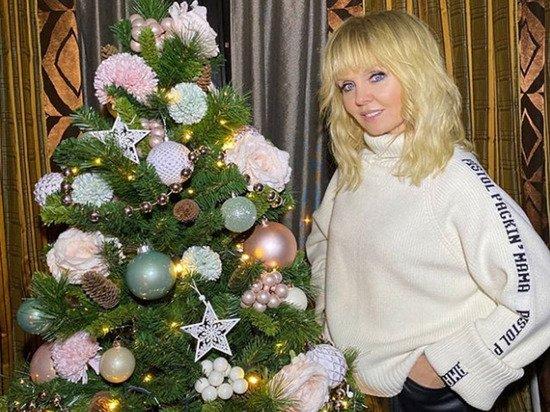 Певица Валерия появилась без юбки и взволновала россиян