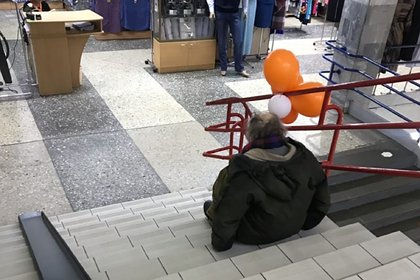 Россиянин без ног ежедневно ползал по лестницам в ТЦ из-за проблем с пандусом