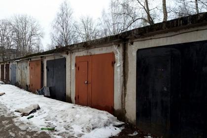 Россияне нашли возле дома стоящий на коленях труп