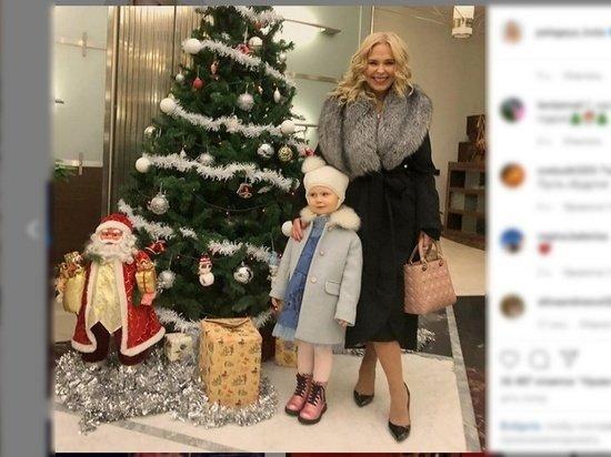 Радостная Пелагея после развода пришла с дочкой на елку