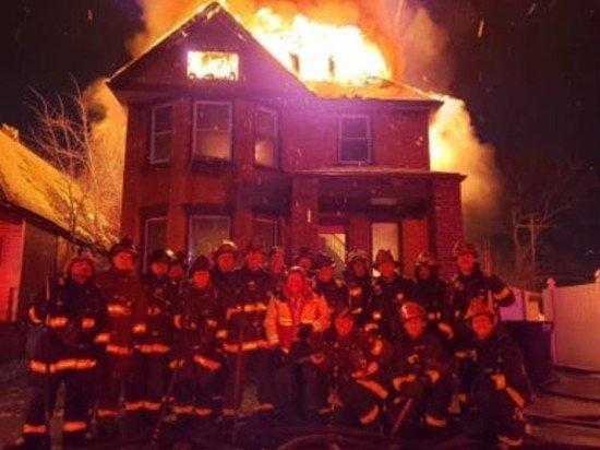 Пожарных в США осудили за селфи на фоне горящего дома