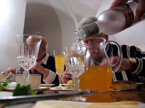 Нарколог объяснил кому алкоголь повысит настроение, а кому испортит