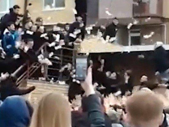 Сын чеченского чиновника раскидал в толпу 200 тысяч рублей