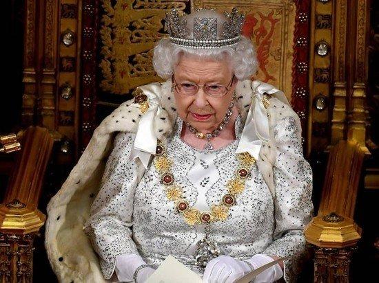 Елизавета II разрешила Гарри и Меган покинуть дворец: