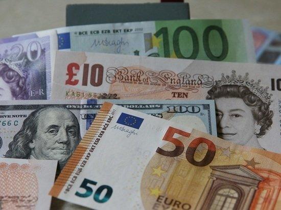 Курс доллара на старте торгов взлетел на 4,2 руб, евро - на 5,1 руб