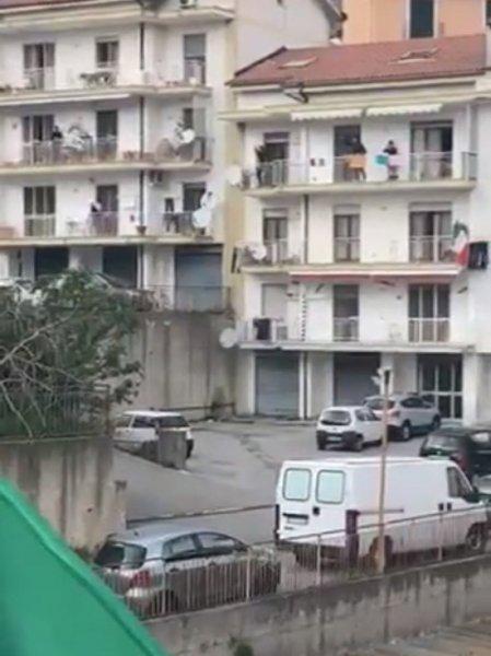 Итальянцы на карантине поют песни с балконов