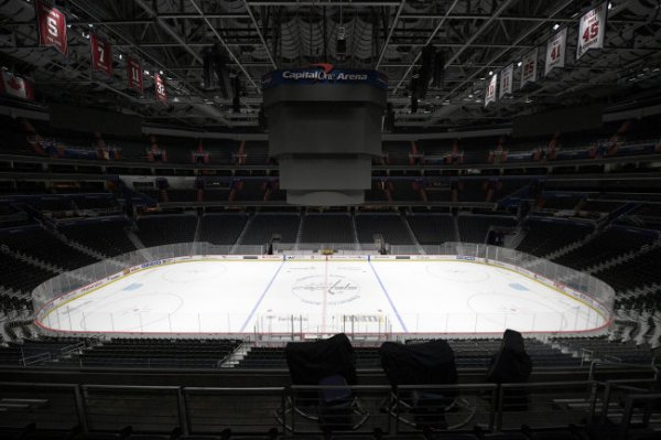 НХЛ приостановила сезон из-за коронавируса