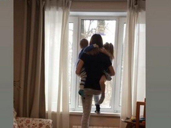 Блогер Диденко снялась на подоконнике с детьми: