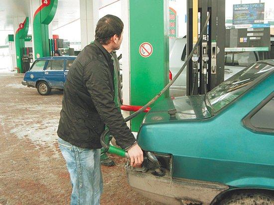 Бензин отказался дешеветь вслед за нефтью