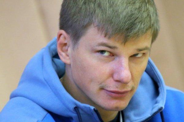 Андрей Аршавин стал разносить продукты пожилым болельщикам
