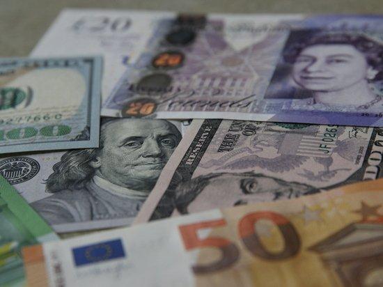 Россияне опустошают валютные вклады в банках