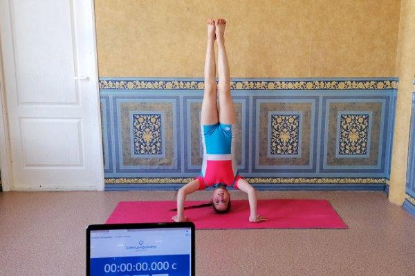 Уральская школьница установила мировой рекорд по стоянию на голове