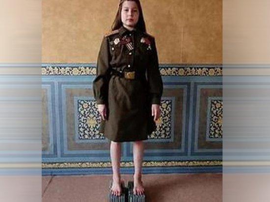 Российская школьница больше часа простояла на гвоздях в честь ветеранов