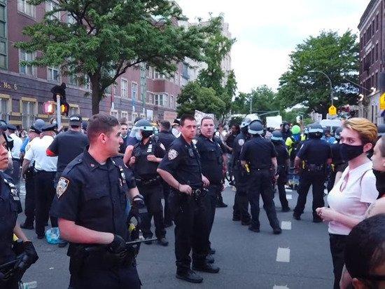 Американские полицейские стали массово брать больничные в знак протеста