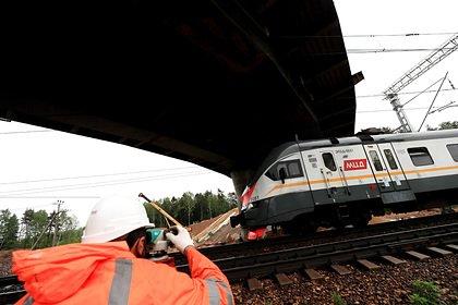 Россиянин с маленькой дочкой на руках встал на железнодорожные пути и погиб