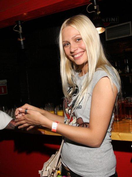 Наталья Рудова почти без трусов выплыла ко главному входу бассейна