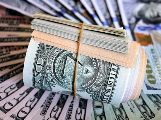 Россияне массово снимают валюту со счетов: что делать с деньгами