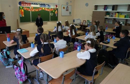 Директор школы на Сахалине уволился после пикета против третьеклассника