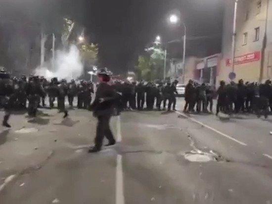 В Бишкеке протестующие начали штурм парламента