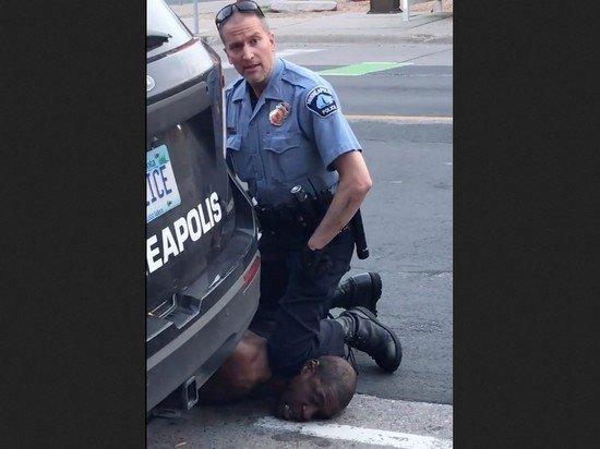 Полицейского, душившего темнокожего Джорджа Флойда, отпустили под залог $1 млн