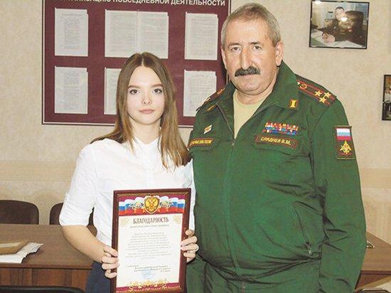 Школьница привела в военкомат десятки призывников благодаря внешности