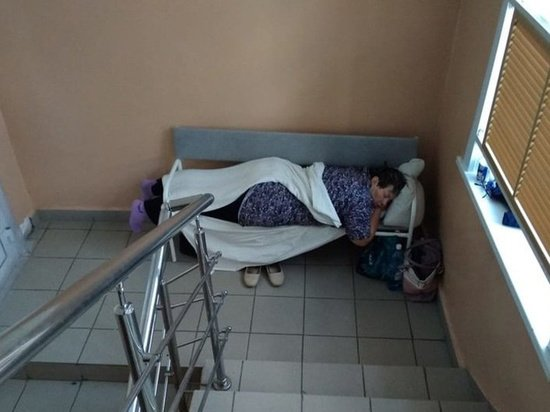 Главврач прокомментировал фото с коронавирусными пациентами на лестнице