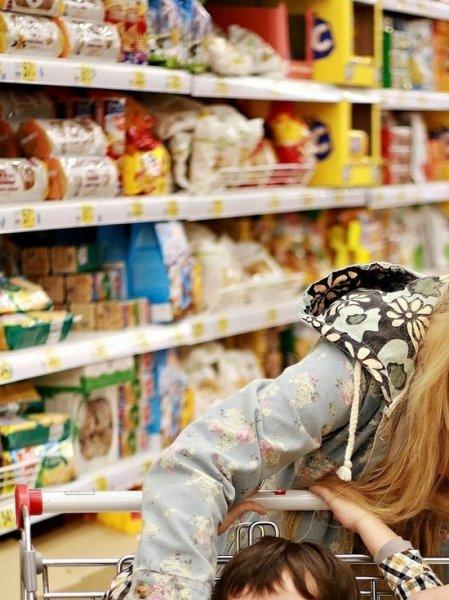 Россияне начали скупать товары из-за боязни закрытия магазинов