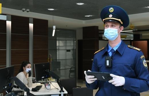 В Химках дворник надписью из опавших листьев попросил жителей носить маски