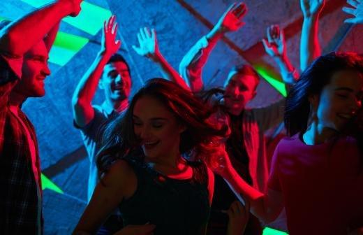 Врач оценил новые правила посещения ночных клубов и баров в Москве