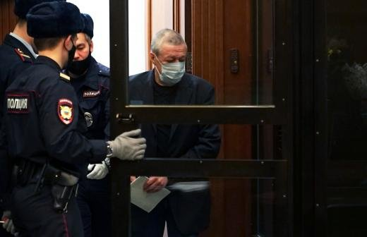 Пашаев опроверг рассказ Ефремова об ударах ногой под столом в суде