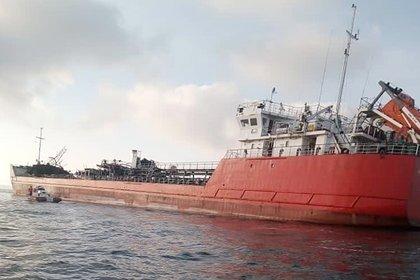 Аварийный российский танкер в Азовском море отбуксировали на стоянку
