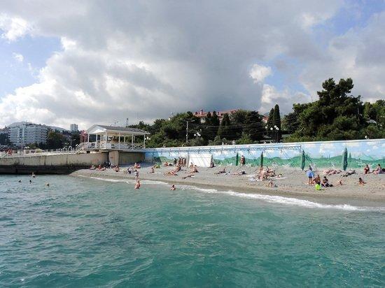 Приехавшая в Крым туристка ужаснулась заваленным мусором пляжам